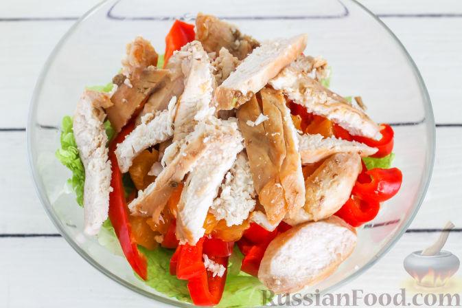 Фото приготовления рецепта: Салат с курицей и апельсинами - шаг №8