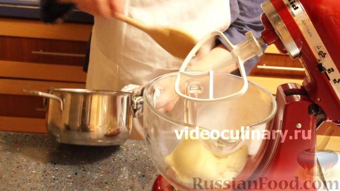 Фото приготовления рецепта: Гречка со сметаной, яйцами и грибами - шаг №5
