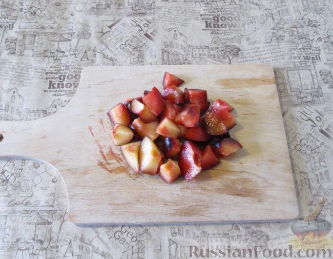 Фото приготовления рецепта: Смузи из слив, банана и яблока - шаг №2