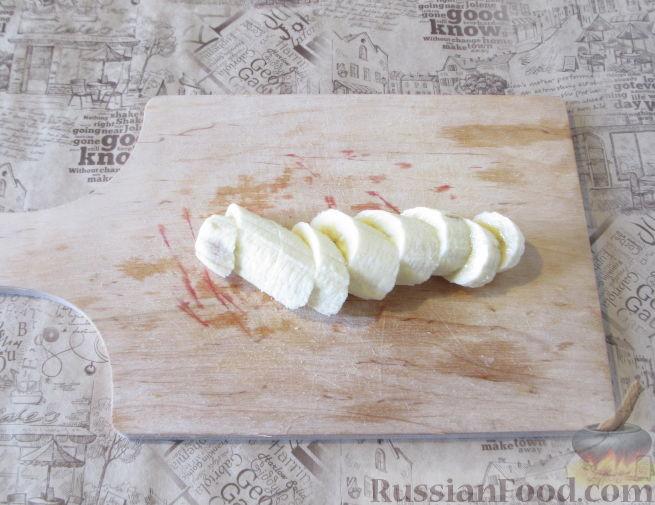 Фото приготовления рецепта: Смузи из слив, банана и яблока - шаг №3