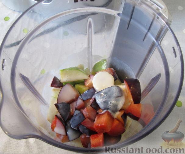 Фото приготовления рецепта: Смузи из слив, банана и яблока - шаг №6