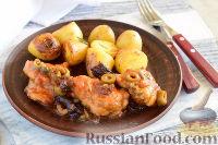 Фото к рецепту: Курица, запеченная с черносливом, оливками и каперсами