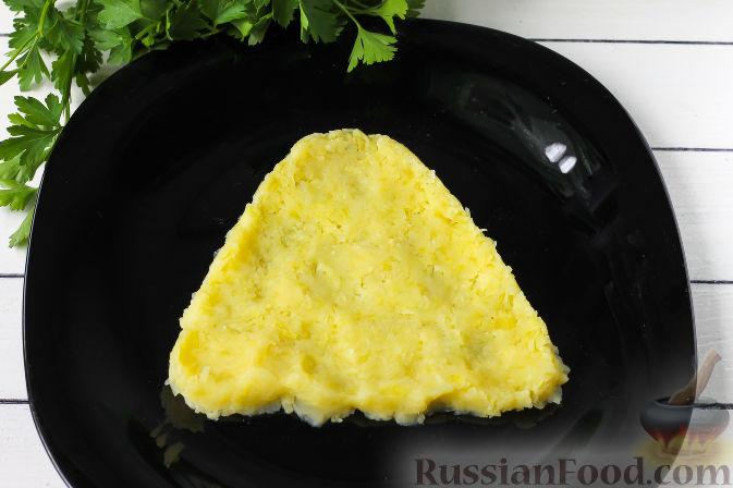"""Фото приготовления рецепта: Слоеный салат """"Собачка"""" с курицей - шаг №2"""