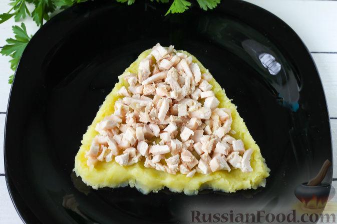 """Фото приготовления рецепта: Слоеный салат """"Собачка"""" с курицей - шаг №3"""