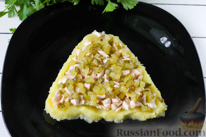 """Фото приготовления рецепта: Слоеный салат """"Собачка"""" с курицей - шаг №4"""