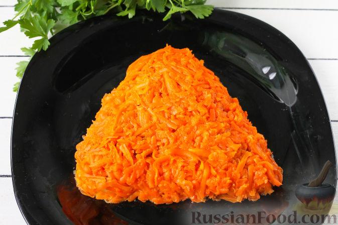 """Фото приготовления рецепта: Слоеный салат """"Собачка"""" с курицей - шаг №5"""