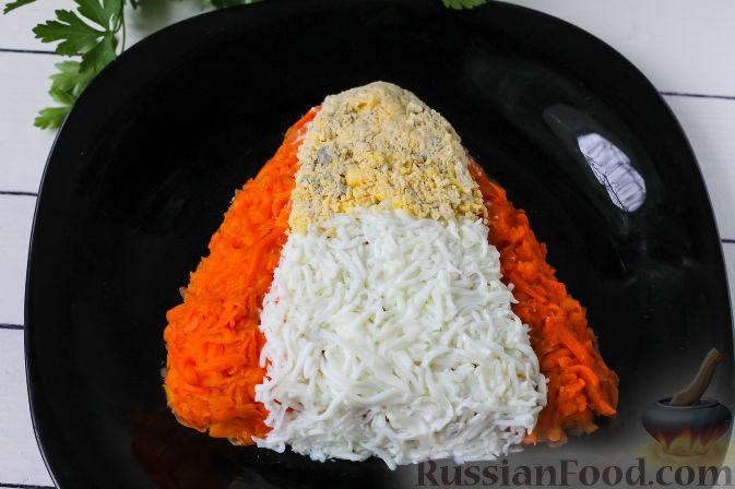 """Фото приготовления рецепта: Слоеный салат """"Собачка"""" с курицей - шаг №6"""