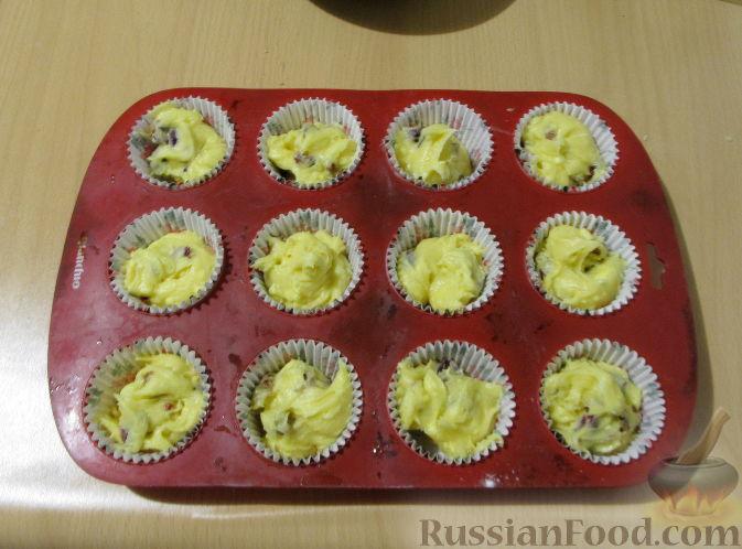 Фото приготовления рецепта: Маффины с изюмом, клюквой и миндальной крошкой - шаг №12