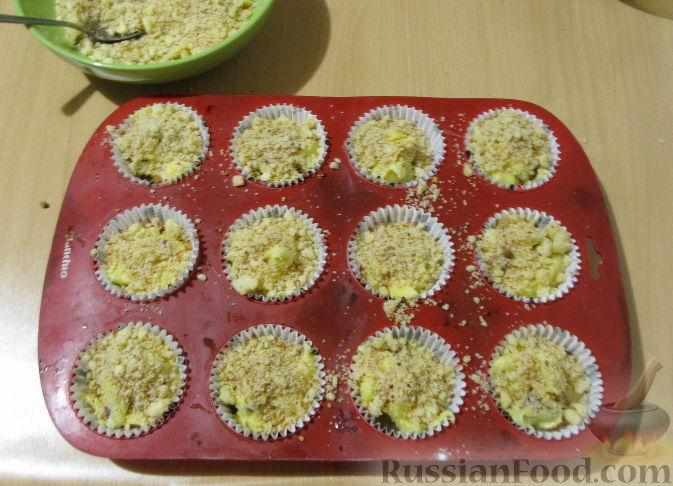 Фото приготовления рецепта: Маффины с изюмом, клюквой и миндальной крошкой - шаг №13