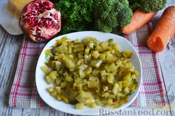 Фото приготовления рецепта: Слоеный салат «Новогодние свечи» с ветчиной - шаг №4