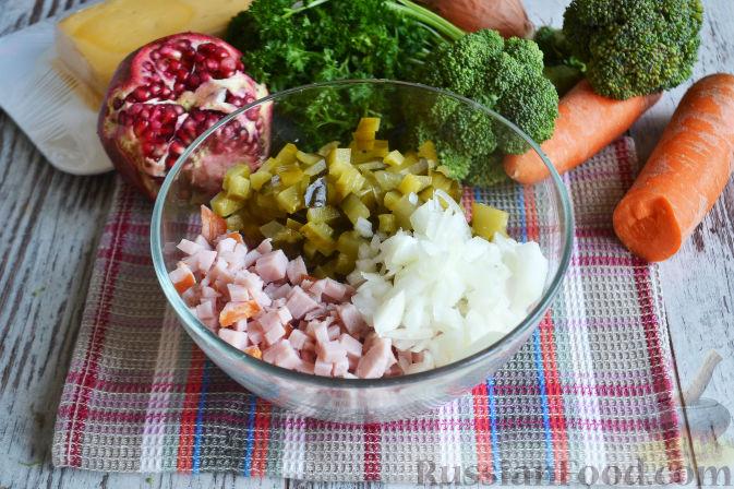 Фото приготовления рецепта: Слоеный салат «Новогодние свечи» с ветчиной - шаг №5