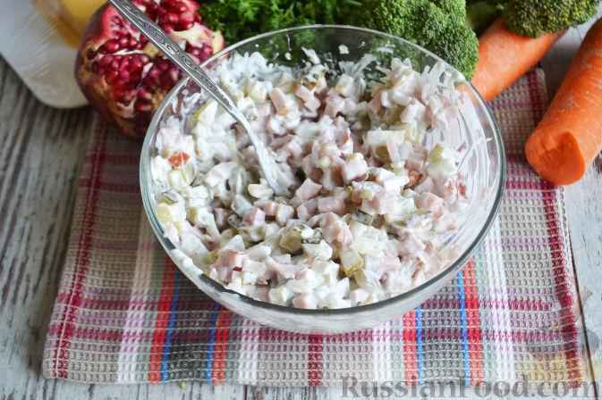 Фото приготовления рецепта: Слоеный салат «Новогодние свечи» с ветчиной - шаг №6