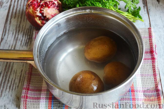 Фото приготовления рецепта: Слоеный салат «Новогодние свечи» с ветчиной - шаг №7