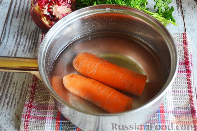 Фото приготовления рецепта: Слоеный салат «Новогодние свечи» с ветчиной - шаг №9