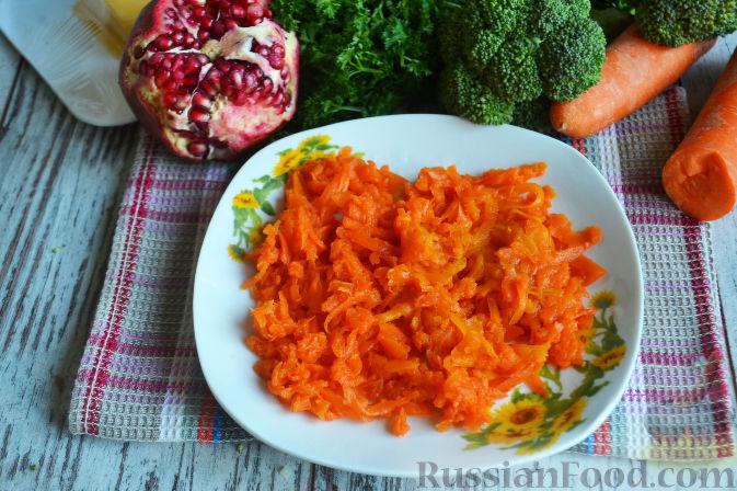 Фото приготовления рецепта: Слоеный салат «Новогодние свечи» с ветчиной - шаг №10