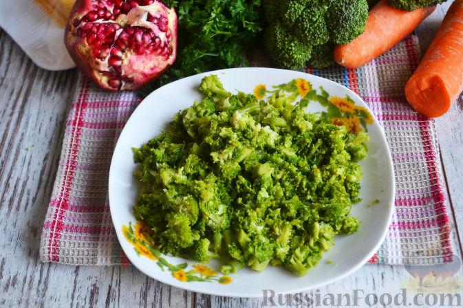 Фото приготовления рецепта: Слоеный салат «Новогодние свечи» с ветчиной - шаг №12