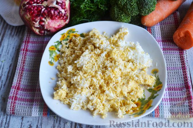 Фото приготовления рецепта: Слоеный салат «Новогодние свечи» с ветчиной - шаг №13