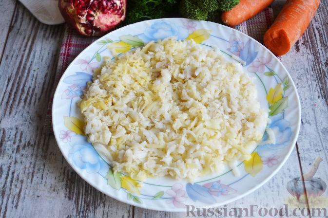 Фото приготовления рецепта: Слоеный салат «Новогодние свечи» с ветчиной - шаг №14