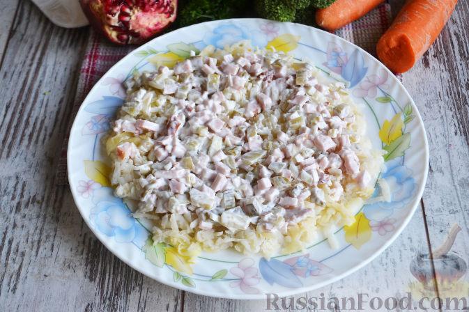 Фото приготовления рецепта: Слоеный салат «Новогодние свечи» с ветчиной - шаг №15