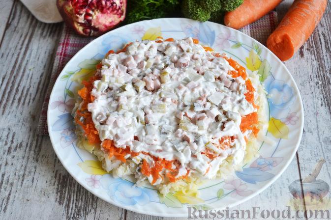Фото приготовления рецепта: Слоеный салат «Новогодние свечи» с ветчиной - шаг №17