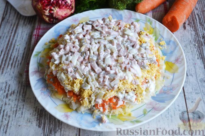 Фото приготовления рецепта: Слоеный салат «Новогодние свечи» с ветчиной - шаг №19