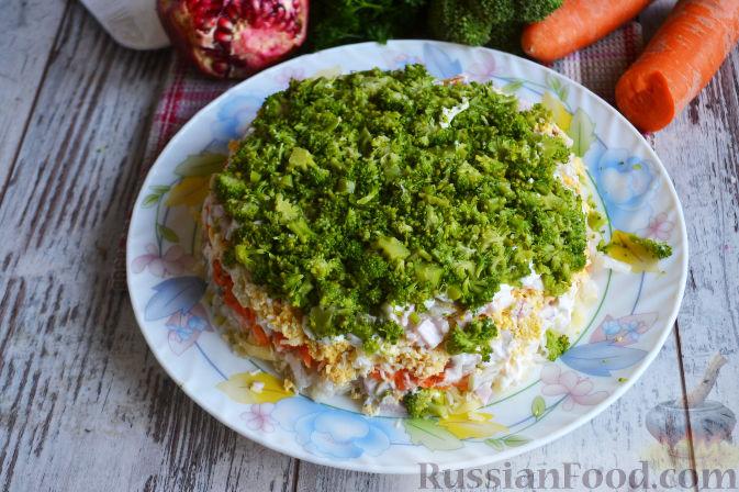 Фото приготовления рецепта: Слоеный салат «Новогодние свечи» с ветчиной - шаг №20