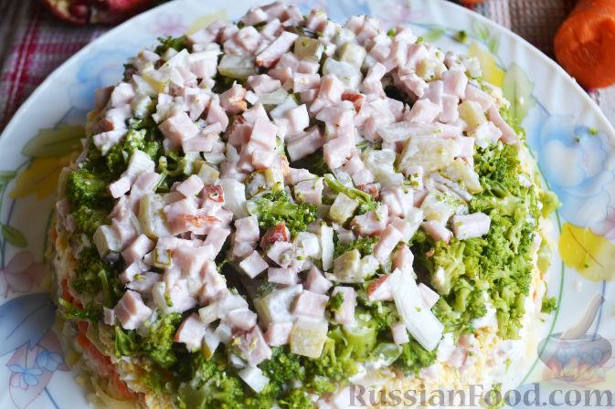 Фото приготовления рецепта: Слоеный салат «Новогодние свечи» с ветчиной - шаг №22