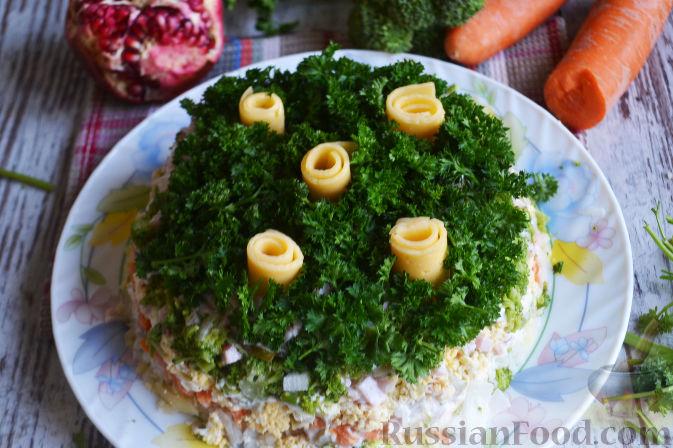 Фото приготовления рецепта: Слоеный салат «Новогодние свечи» с ветчиной - шаг №24