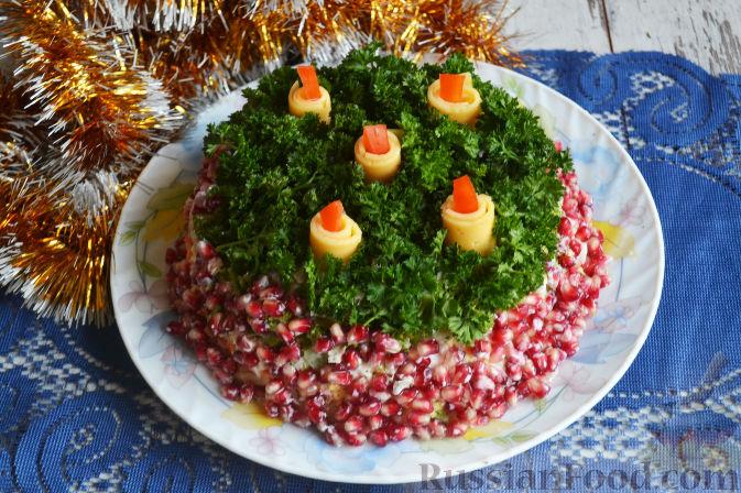 Фото приготовления рецепта: Слоеный салат «Новогодние свечи» с ветчиной - шаг №25