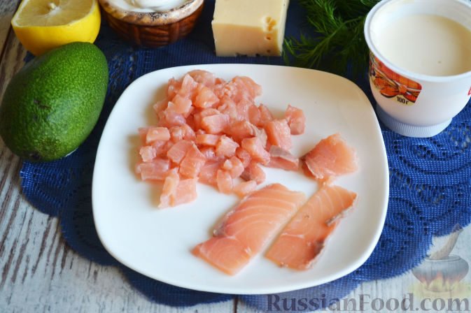 Фото приготовления рецепта: Салат с семгой и авокадо - шаг №3