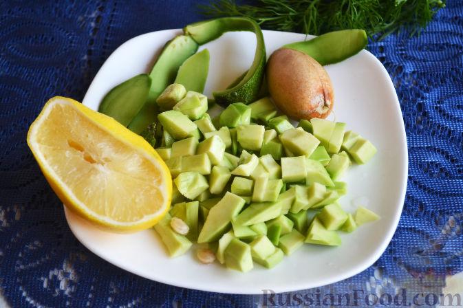 Фото приготовления рецепта: Салат с семгой и авокадо - шаг №10