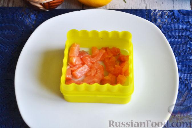 Фото приготовления рецепта: Салат с семгой и авокадо - шаг №11