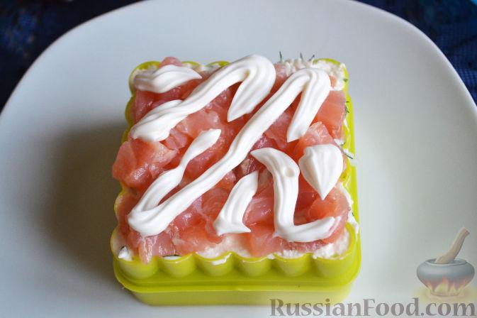 Фото приготовления рецепта: Салат с семгой и авокадо - шаг №15