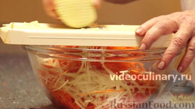 Фото приготовления рецепта: Салат из моркови с яблоками и черносливом - шаг №4