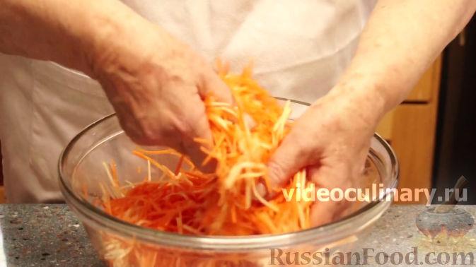 Фото приготовления рецепта: Салат из моркови с яблоками и черносливом - шаг №5