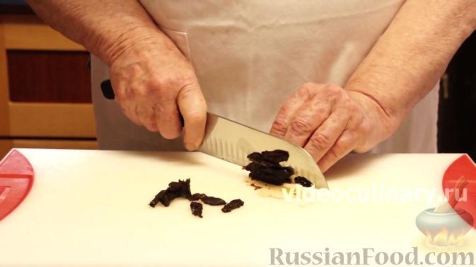 Фото приготовления рецепта: Салат из моркови с яблоками и черносливом - шаг №6