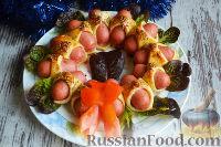 """Фото к рецепту: """"Новогодний веночек"""" из мини-сосисок в тесте"""
