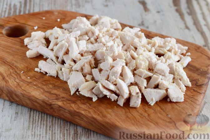 Фото приготовления рецепта: Салат с  курицей и фруктами - шаг №3
