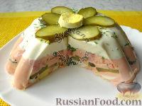 Фото к рецепту: Двухцветное заливное с ветчиной и маринованными огурцами