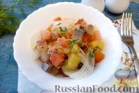 """Фото к рецепту: Салат """"Норвежский"""" с сельдью и помидорами"""