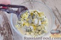 """Фото приготовления рецепта: Закусочный """"Наполеон"""" с сыром, ветчиной и ананасом - шаг №6"""