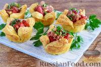 Фото к рецепту: Тарталетки с колбасой, луком и горчицей