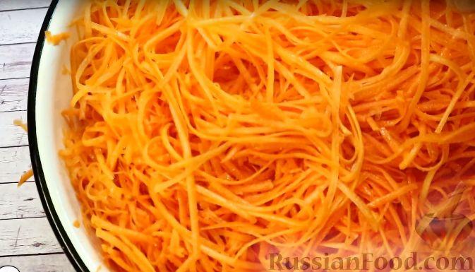 Фото приготовления рецепта: Салат с морковью, яблоком, кукурузой и яйцами - шаг №7