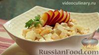 """Фото к рецепту: Салат """"Каприз"""" из курицы, слив и груш"""