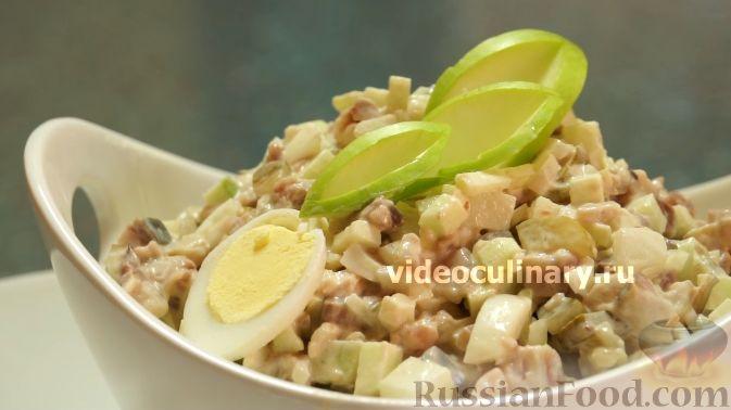 """Фото к рецепту: Салат """"Мировой закусон"""" с сельдью, маринованными огурцами и яблоком"""