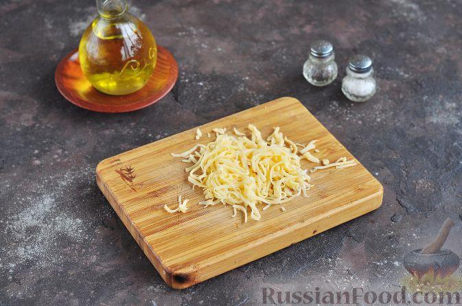 Фото приготовления рецепта: Яблочно-шоколадный пирог с глазурью - шаг №5