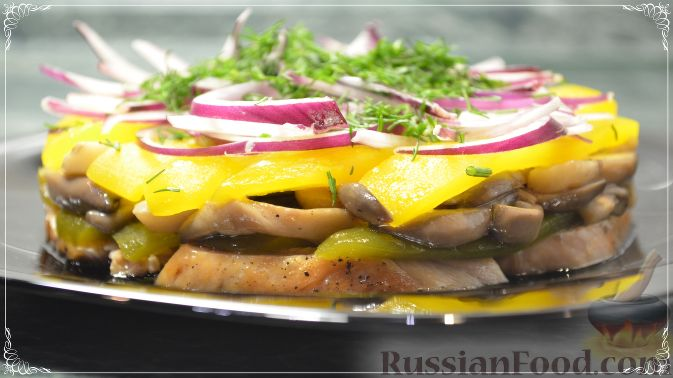 Фото к рецепту: Салат с курицей, перцем и грибами, в медовом соусе