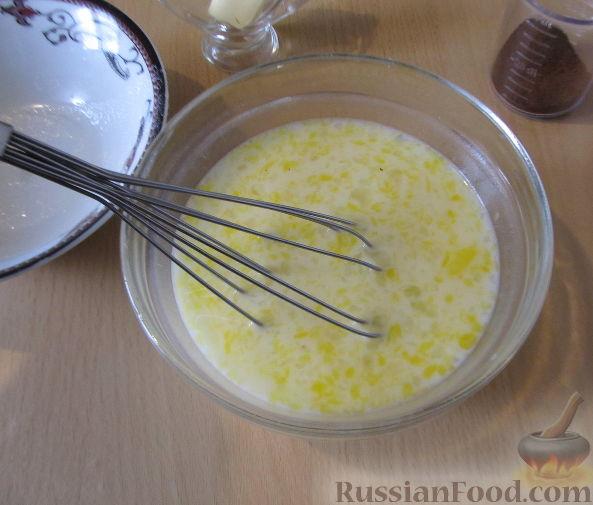 Фото приготовления рецепта: Свекольные оладьи с творогом и яблоком - шаг №9