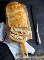 Фото к рецепту: Слоеный пирог с крабовыми палочками