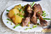 Фото к рецепту: Гусь, запеченный с картошкой и сметаной